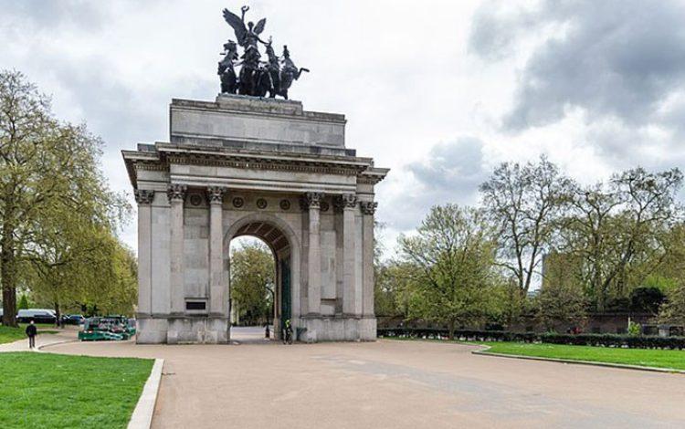 The Queen's neighbours: The Buildings of Green Park, by Andrew Jones - Lucinda Lambton
